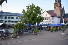 Der Schulhof mit der Kirche St. Margareta im Hintergrund